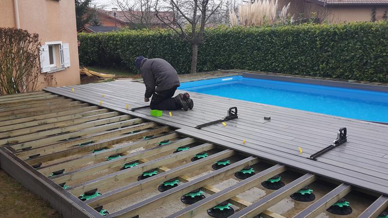 Terrasse piscine en bois composite veranda - Terrasse autour piscine ...