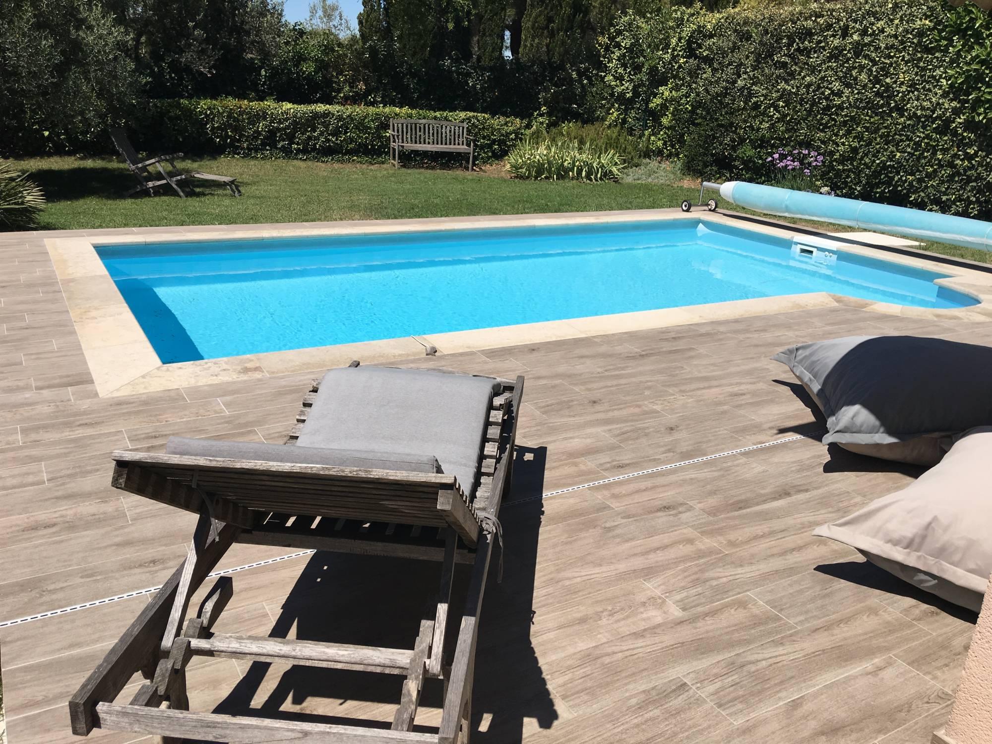 carrelage terrasse piscine imitation bois veranda