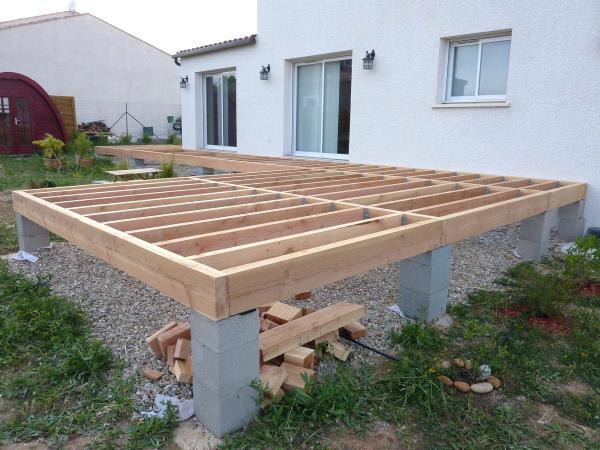 poser une terrasse en bois sur pilotis - veranda-styledevie.fr