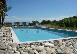 Terrasse piscine en galet - veranda-styledevie.fr