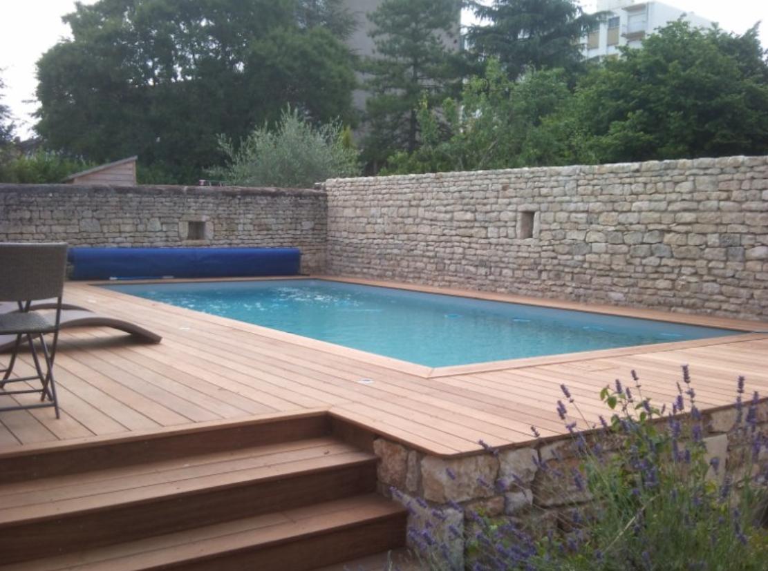 Terrasse bois autour piscine semi enterree veranda - Piscine bois composite semi enterree ...